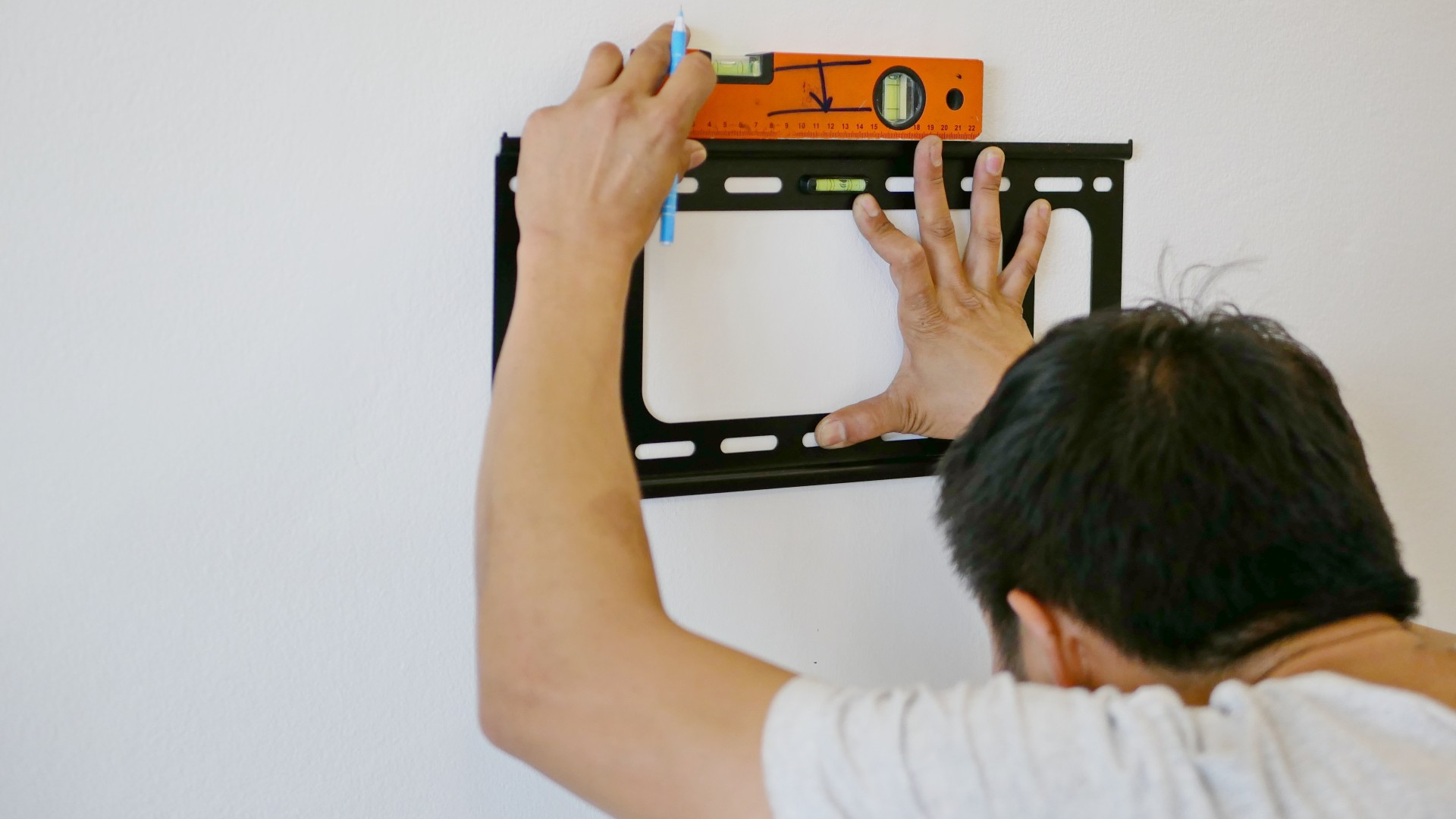 How to Hire a TV Installation Professional: 10 Things to Look for